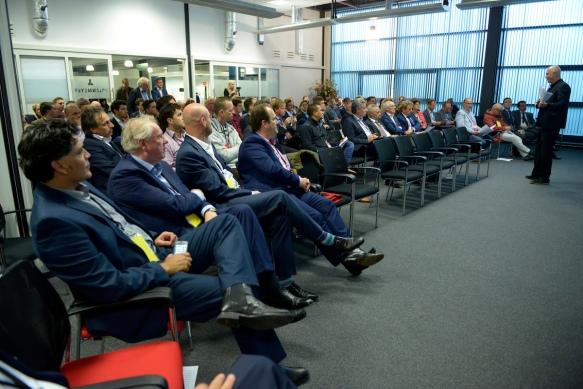Kees Eijkel voor een zaal met ondernemers en investeerders tijdens Fund the Future
